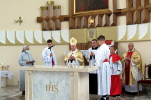 Konsekracja kościoła i odpust w Leśniówce Sakrament bierzmowania