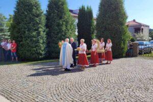 Ofiarowanie plonu przez mieszkańców Leśniówki